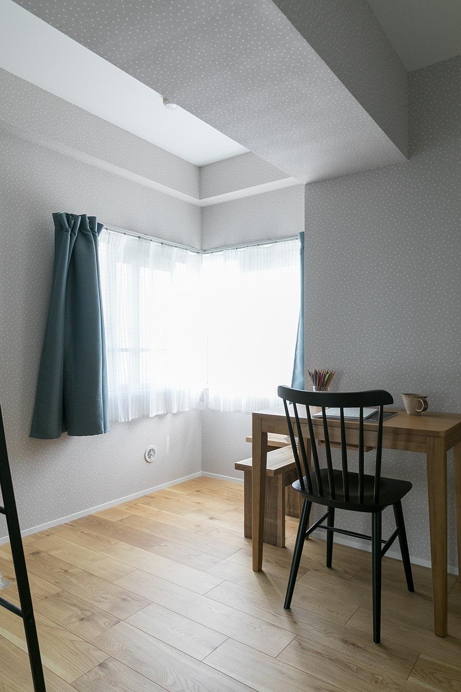 グレーとブルーで統一された洋室は、将来の子ども部屋を想定して用意されている。「こちらは、まだまだこれからです」と笑顔で話すItoさん。