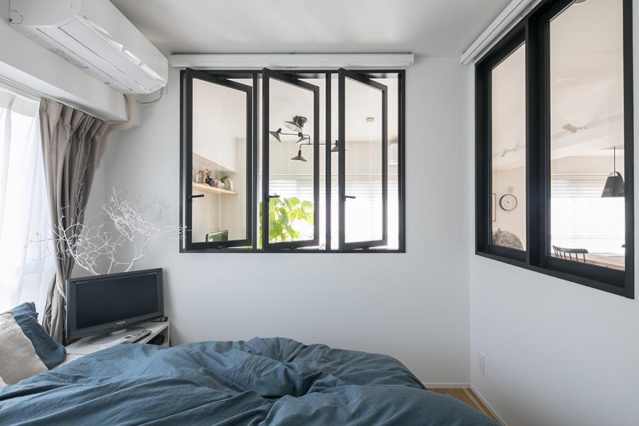 正面の窓を開けると南東で風が抜けるようになっており、角部屋の利を活かす。右側は仕事机があるため開かないようになっている。
