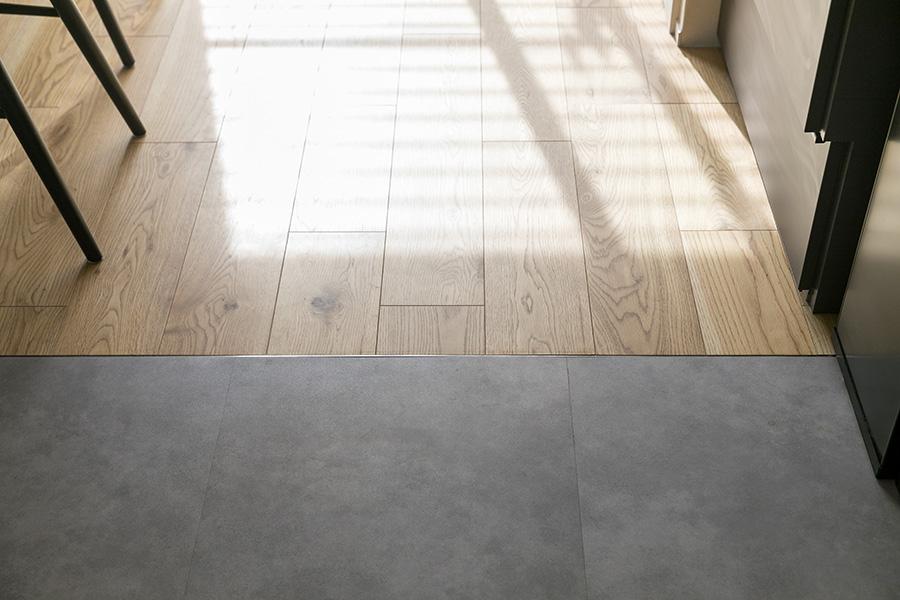 水周りは床材を変えアクセントに。グレーで汚れも目立たず、メンテナンスもしやすい。