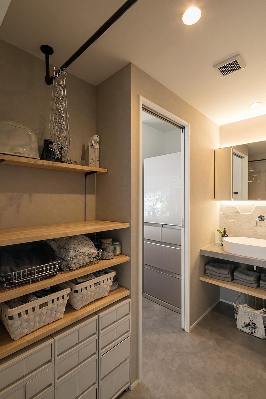 同じスペースにある洗濯機で洗ったものを、上のポールに干し、乾いたら左側の収納棚へ。ワンステップで家事ができるよう配置されている。