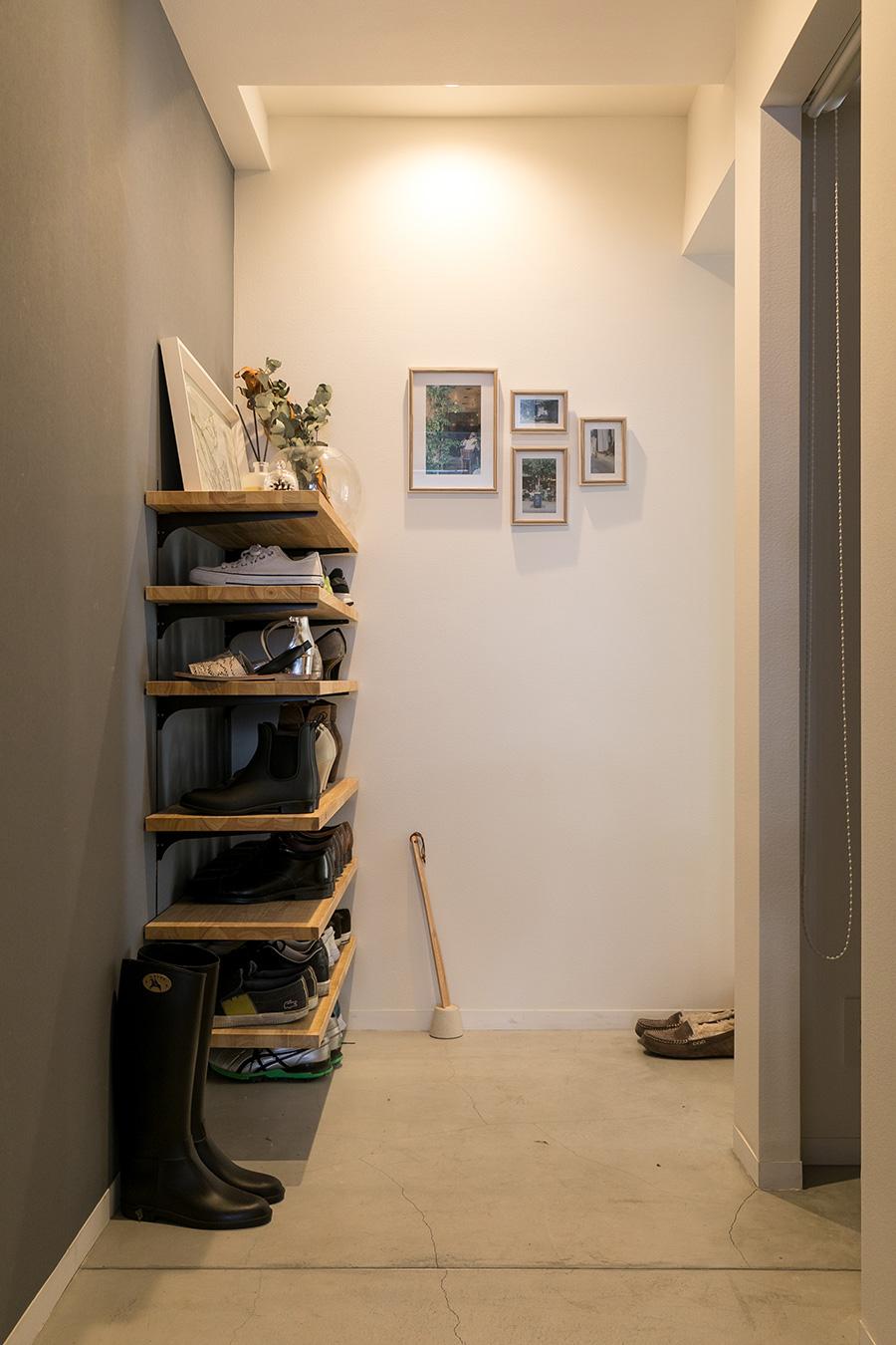玄関廊下を無くし広い空間を確保。右手前は納戸で、玄関と廊下の双方からアクセスできるようになっている。