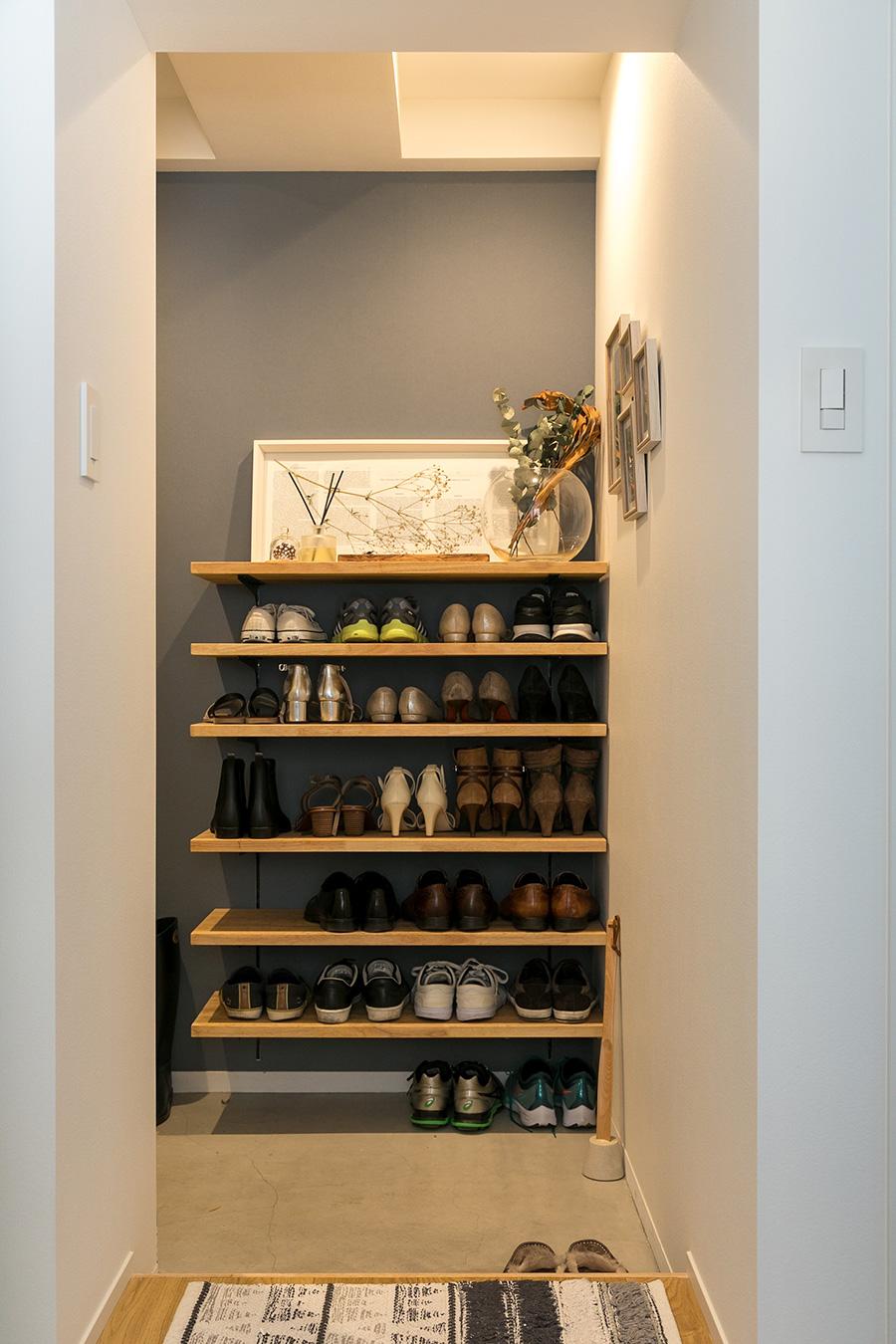 シューズラックは取り外せるようになっており、高さが調整できるだけでなく、大きな家具を入れる際にも便利。