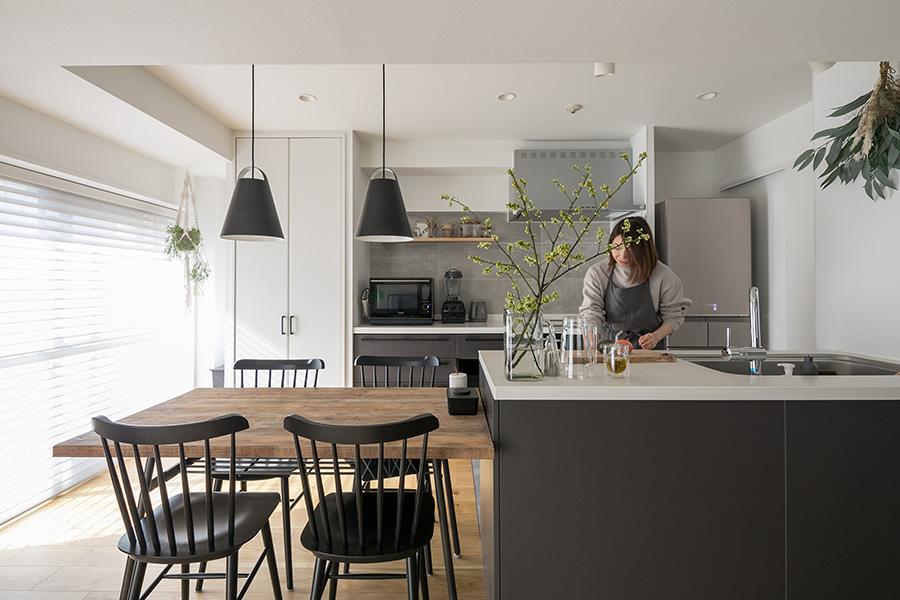 「以前、集めていた古木の家具を使っているのですが、今は北欧系もいいかなと考えています」とItoさん。キッチンの色合いや照明は北欧系の家具に合うように選んでいる。