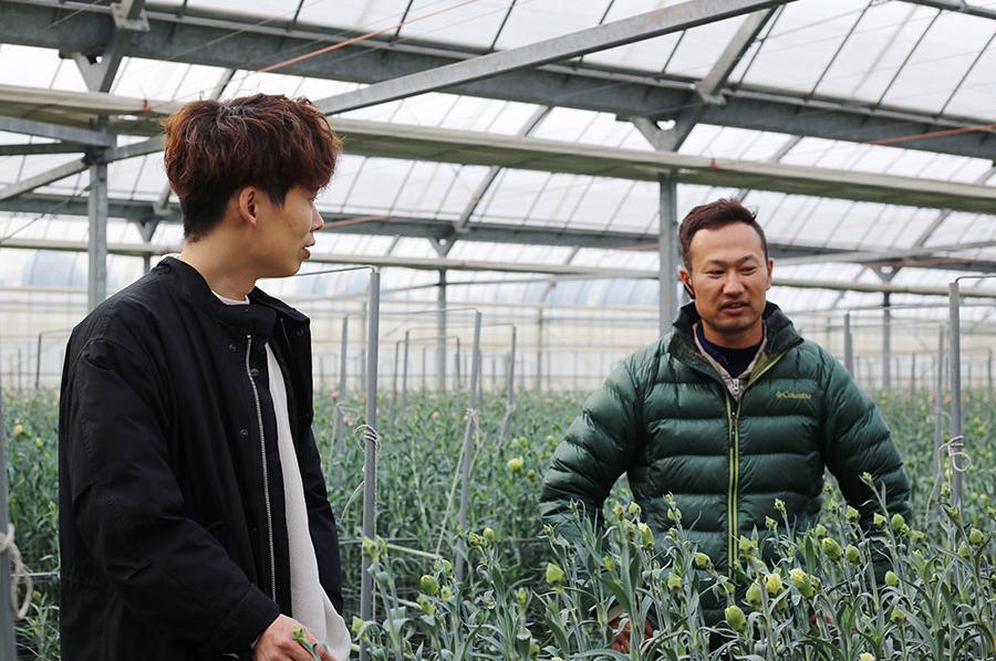 『LIFFT』のスタッフが直接農園を訪れ、どのような思いで花を育てているかを生産者に聞く。現在まで、国内外の100近くの農園を訪問している。