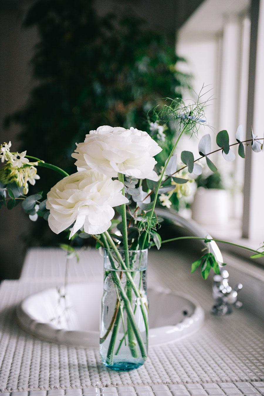 『LIFFT 定期便』は季節の花が届く。2021年2月号は、ラナンキュラスを中心とした花材となる。3月号はアルストロメリアを予定。3300円/月(税込)。