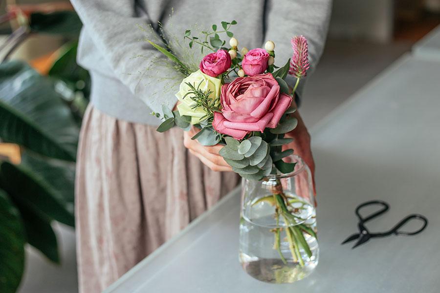 届いたお花をひとまとめにして飾ることができるように、メインの花とともに数種類の草花が一緒に届く。