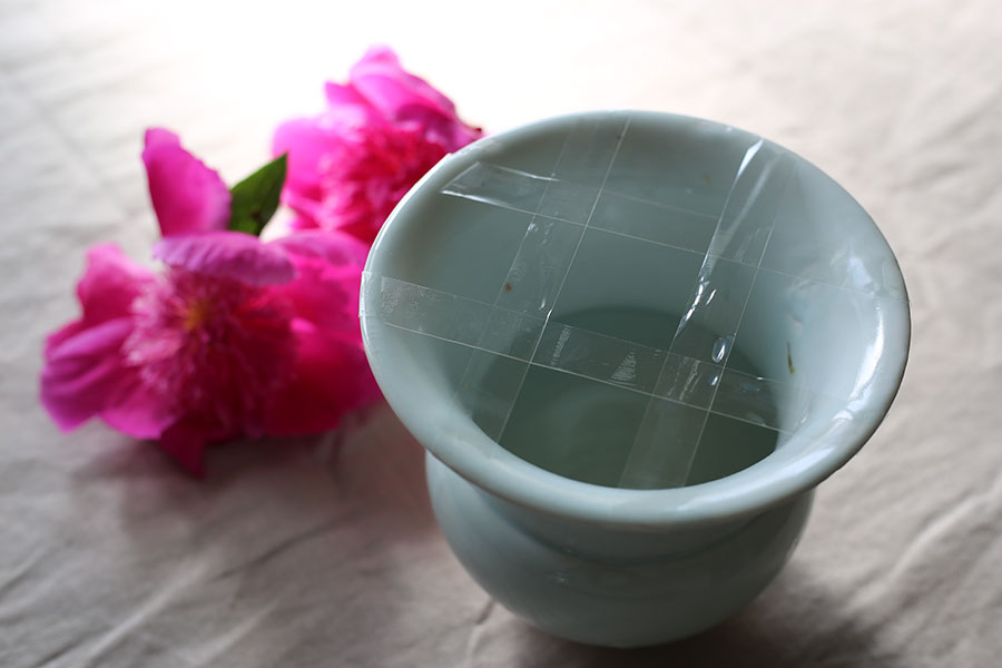 お花の飾り方のアイディアも教えてくれる。花瓶に升目状にテープを貼り……。