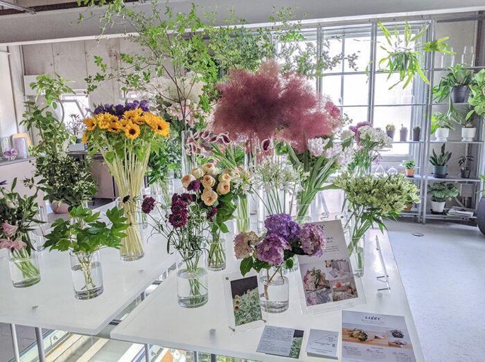 『LIFFT 定期便』のリアル店舗『LIFFT Concept Shop』は、仕入れから3日以内の新鮮な花のみを扱う。花いけを体験できるスペースや、自宅とオンライン(Zoom)で繋いでフローリストが花選びなどの相談に乗ってくれるサービス「Your Florist」も。