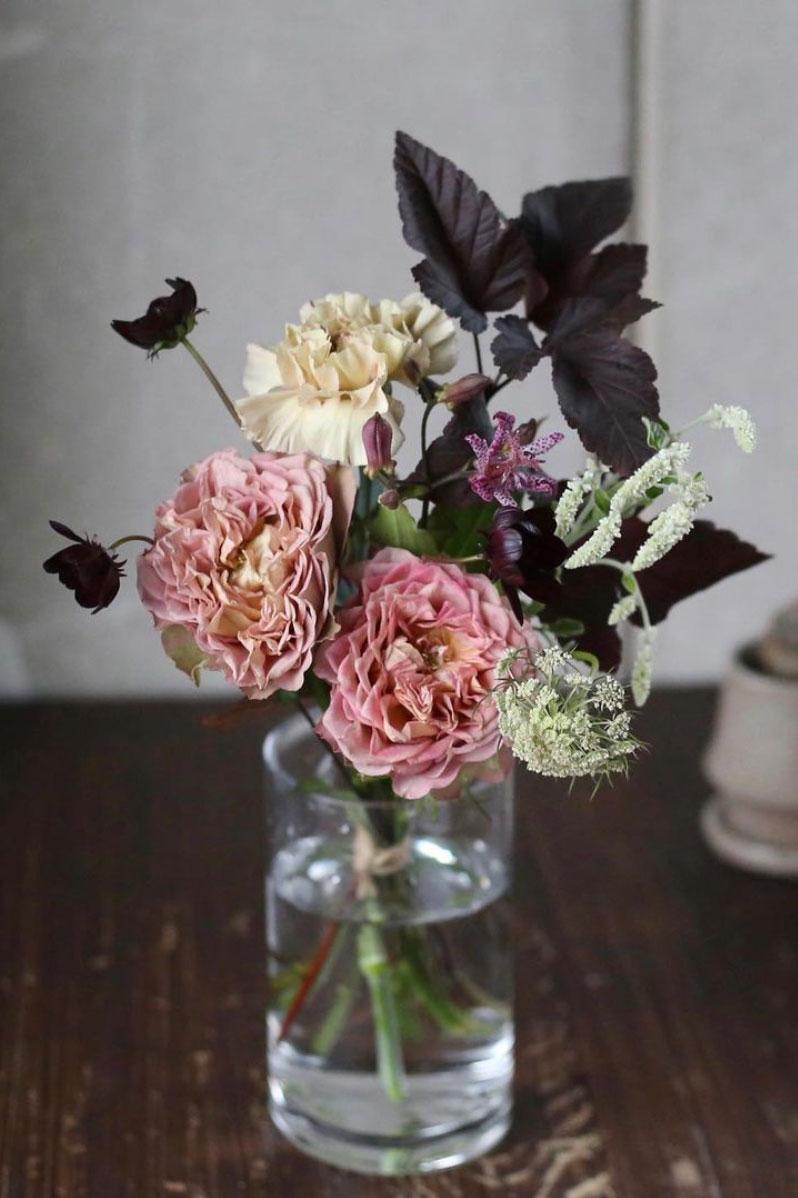 『LIFFT 定期便』の花は、メインの花とともに、そのまま素敵に飾れる数種類の草花が添えられている。