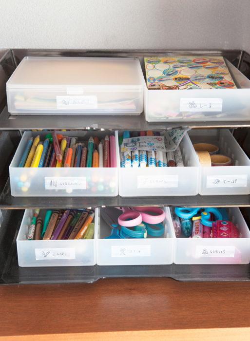 ダイニングテーブルで勉強をしたり絵を描いたりする子どものための文房具コーナー。事務用のレタートレーにボックスを載せた収納方法は、子どもでも出し入れしやすく重宝している。
