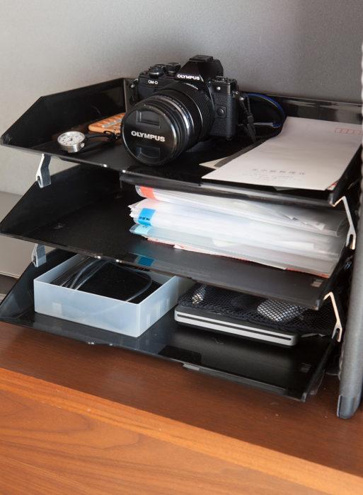 水谷さんの仕事道具コーナー。座ったままで手が届くよう、いつも使うイスの後ろにスタンバイ。郵便物やレシート、ケーブル、USBメモリーなどを置いている。