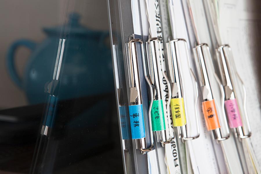 不要な書類は処分し、とりあえず取っておくものを一時用のバインダーに。その際、子ども用・事務用などマスキングテープで決まったカラーに分けることで、さらに残すことになったときも保管先を見つけやすくしている。