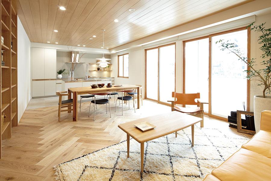 「HOW PACKAGE PLAN」はマンションの平米数に応じ、40㎡720万円〜90㎡1,020万円(税抜)まで。新宿店2階のリノベーションルームで打ち合わせ。実際の建材なども確認できる。オプションでアップグレードも。ACTUS RENOVATION