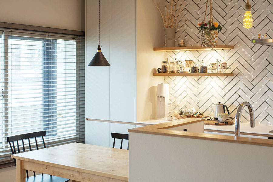 扉のマットな質感が家具の雰囲気を邪魔しない。水栓はGROHE。オプションで棚板を設けたりも。