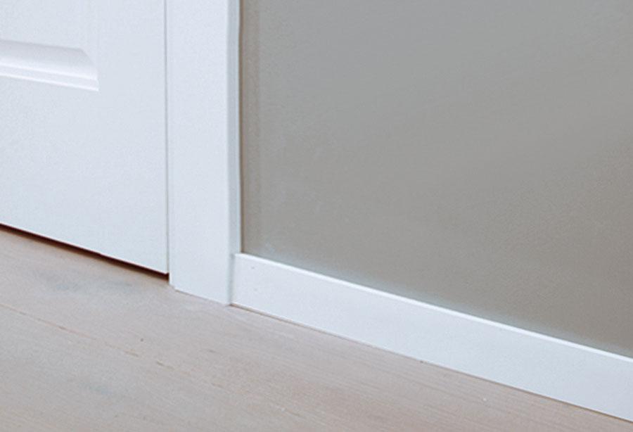 部屋のイメージを損ないがちな巾木は、低さと薄さにこだわった。