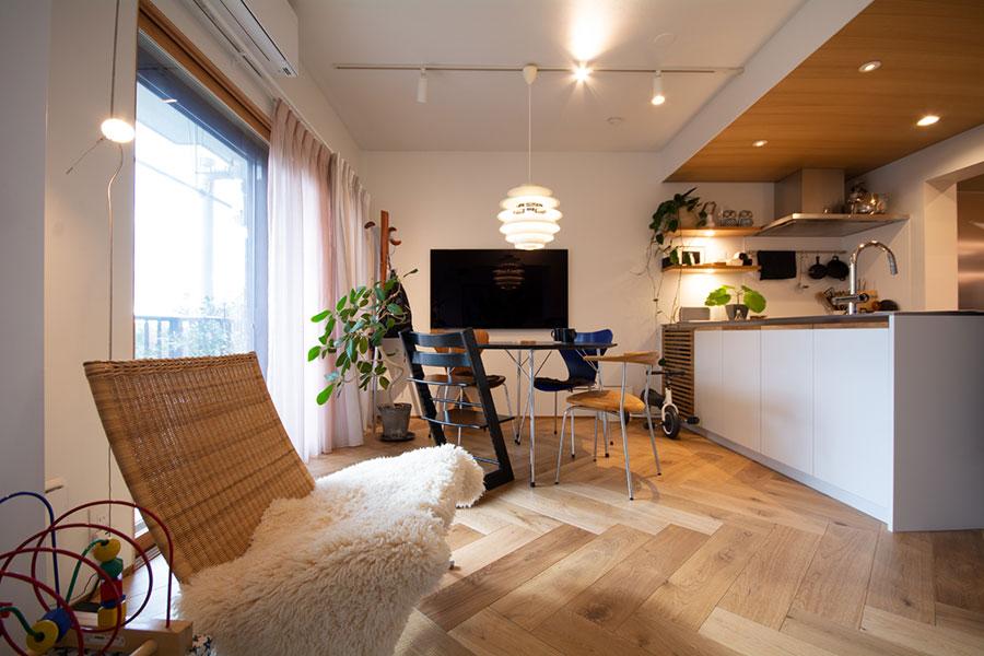 お話を伺った妹尾さんのご自宅もアクタスでリノベーション。築34年の低層マンションの一戸は、持っていた家具が置けるかどうかを基準に購入したそう。