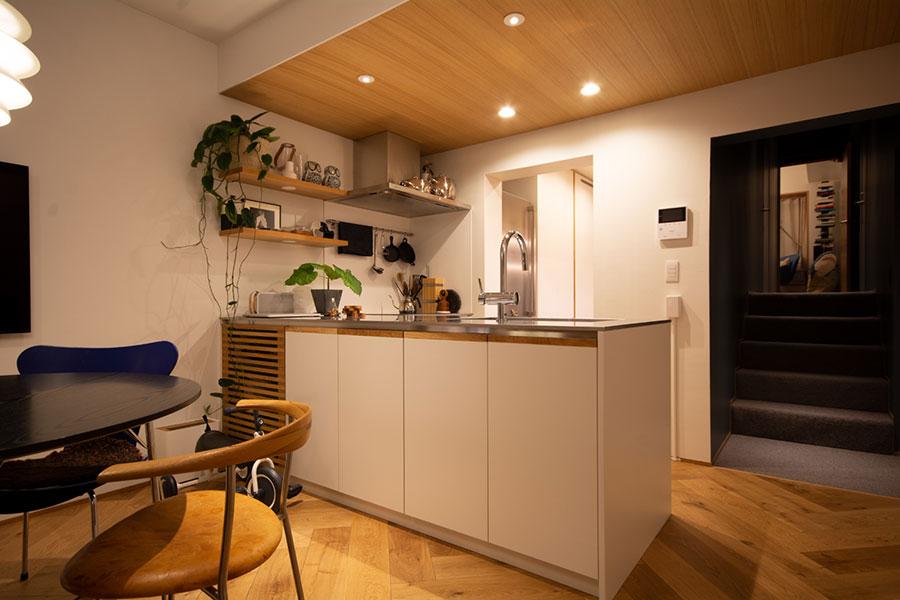 家具の延長としてのキッチンが、北欧系「SCANDINAVIAN WAY」の 空間になじむ。