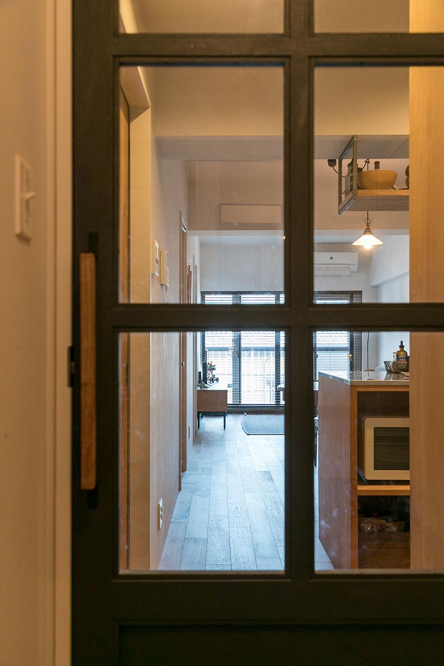 室内扉はガラスが入ったものに変え、アイアン塗料で仕上げた。