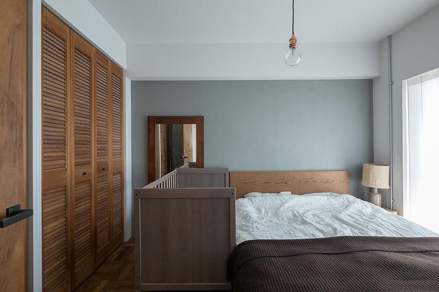 クローゼットはすべて寝室側から開けられるように変更。扉は『toolbox』のパインルーバー折れ戸をオイル塗装。「今は『IKEA』の子どもベッドを大きなベッドに寄せて使っています」