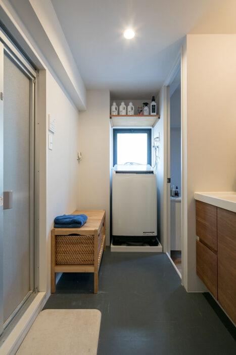 洗濯機置場の右横の壁に新たにドアを設け、家事室に直接洗濯物を干せるようにした。「ベンチはお風呂に入る際に服を置くのに便利です。洗濯機の上に洗剤を置く棚を作りました。子どもの手が届かない場所なのが良かったです」