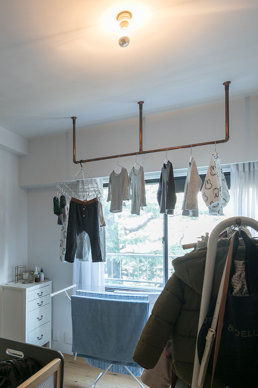 洗濯物をかけるバーは銅管を使用。「ハンガーを使って洗濯物を干し、下着以外はハンガーのまましまいます。畳む手間が省けて家事効率が上がります」