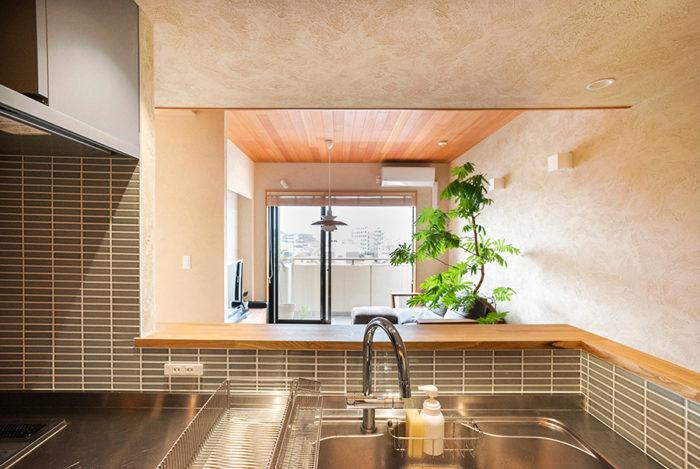 キッチンに立つとリビングの向こうに眺望が広がる。「富士山が見える日もあって爽快です」。