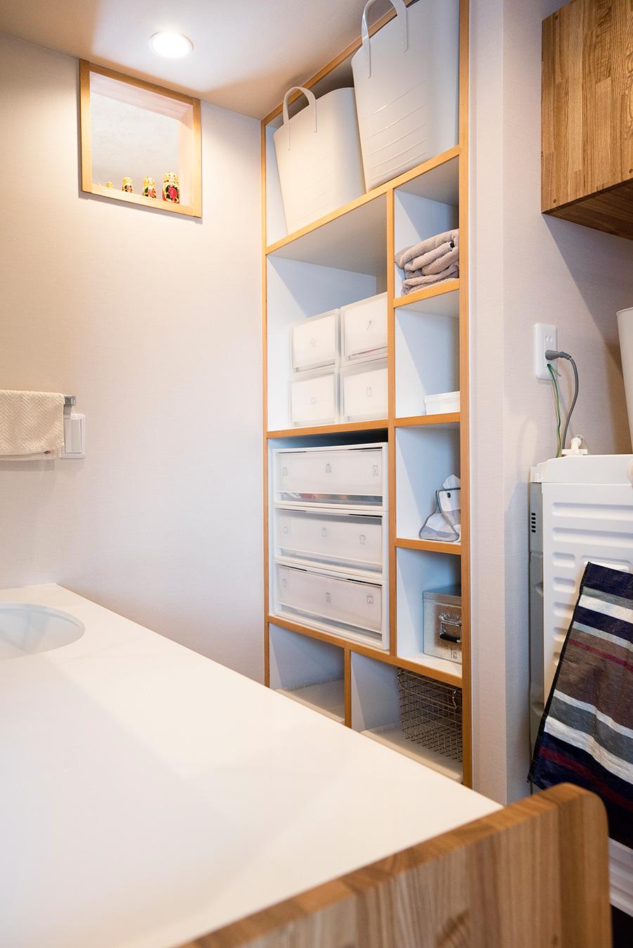 家事動線や収納を大切に考える奥山さんのアドバイスを受けて造作。持っていた収納ケースがぴったりと、無駄なく美しく収まっている。