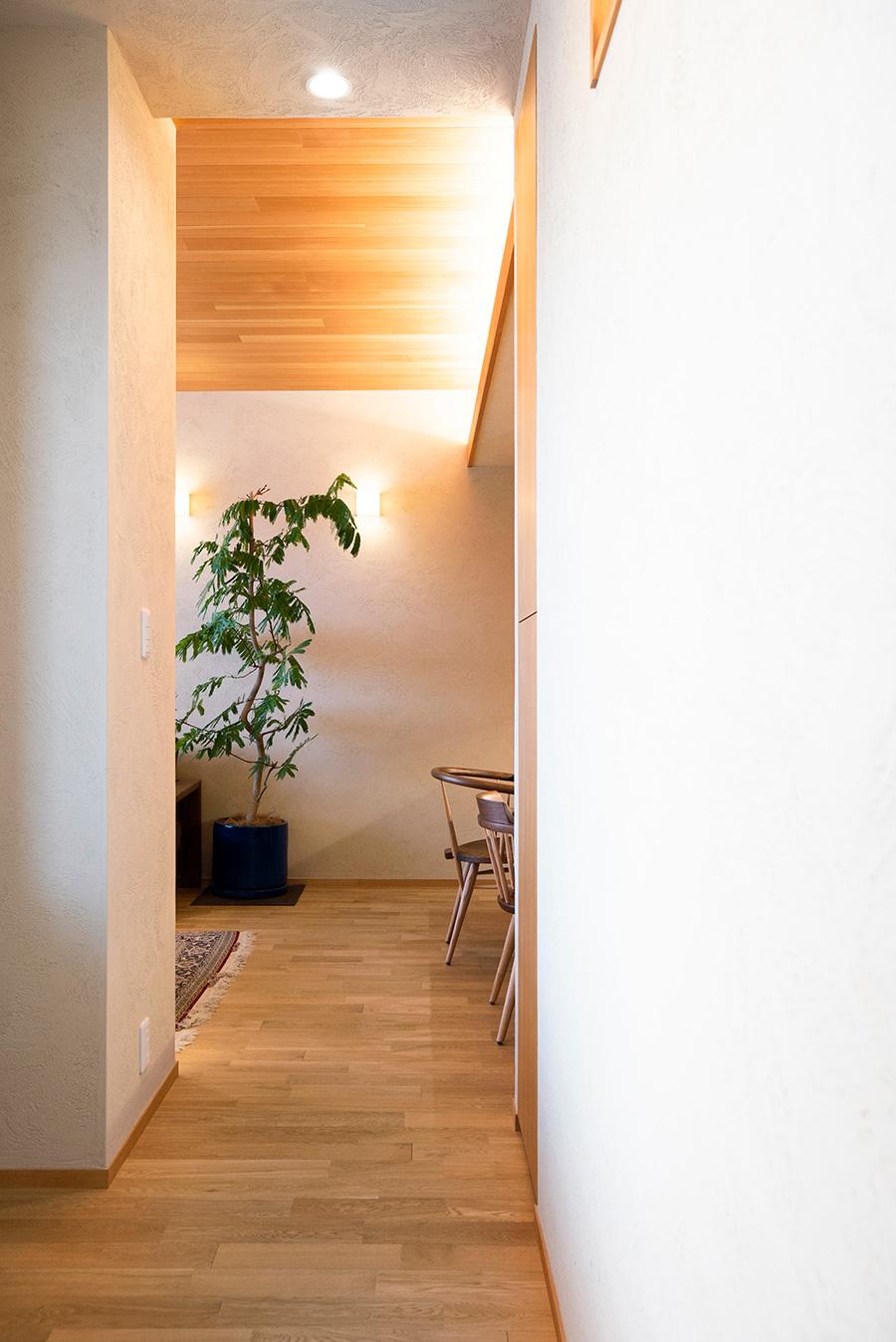 LDKから勉強部屋、奥の和室へとつながり、ぐるりと回遊できる造りになっている。