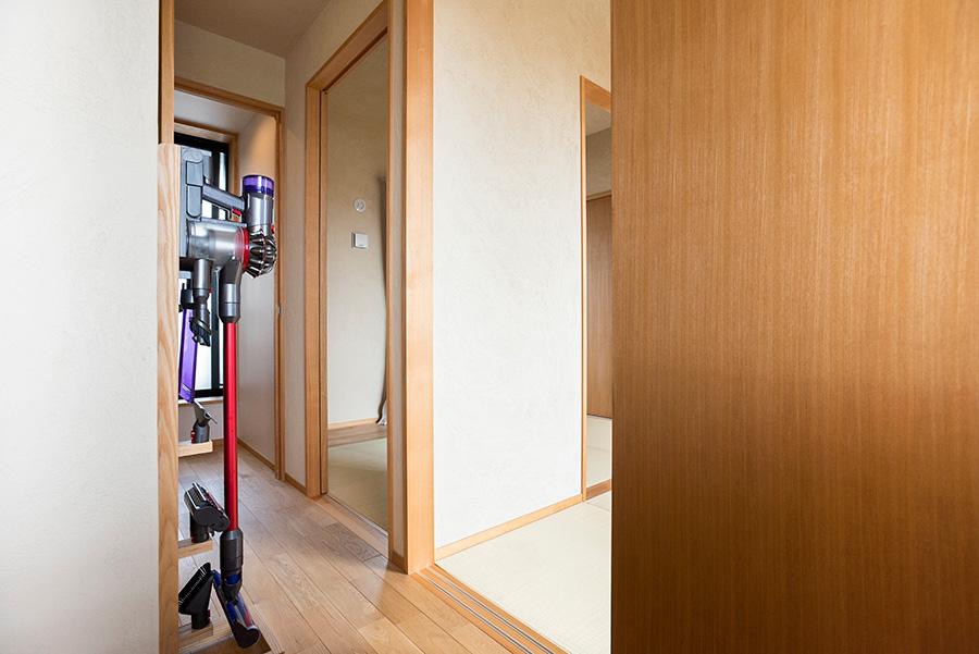 和室前の廊下を回って脱衣所、バスルームへ。
