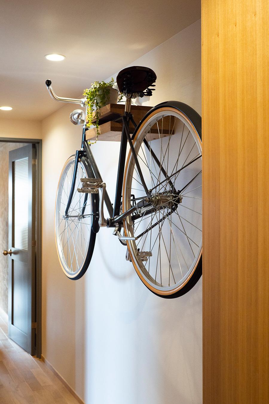 オーダーしてつくった和彦さんの愛車が、廊下を飾る。