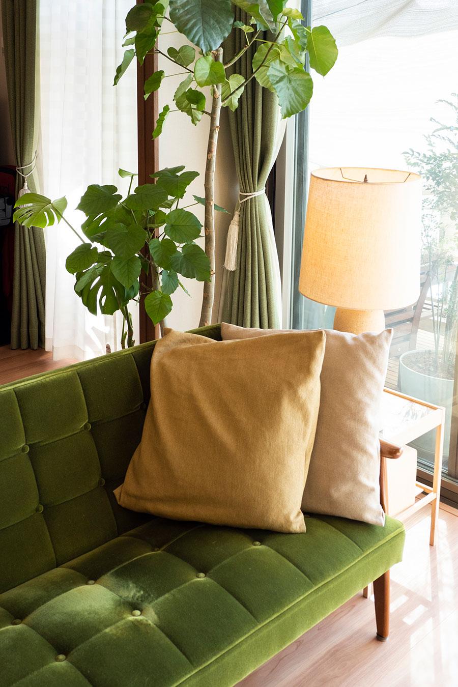 カリモクのソファの向こうの照明は、村野藤吾デザイン。