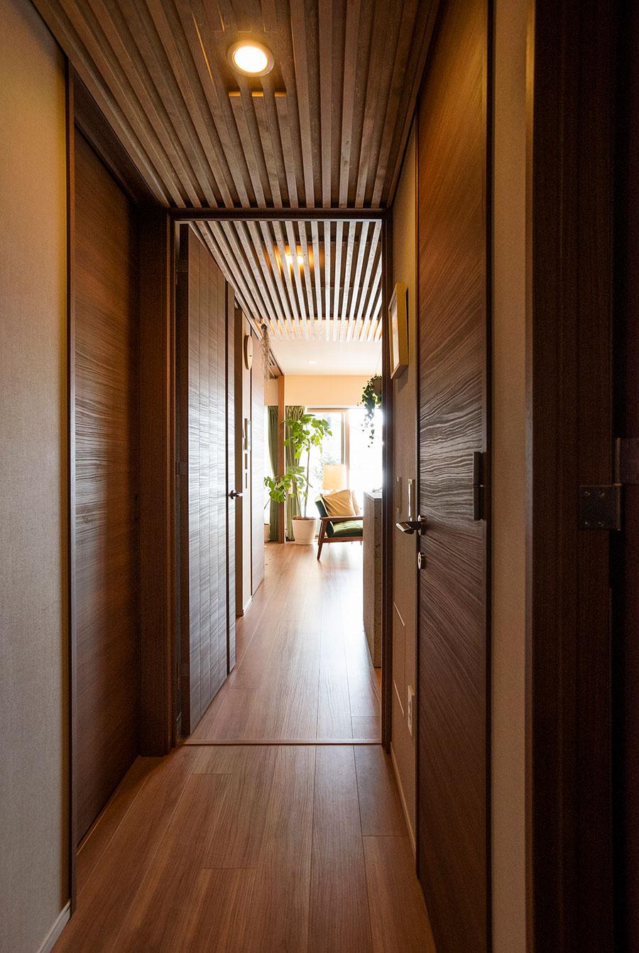 玄関からLDKまで連なったルーバーの天井が、視線をベランダに導く。