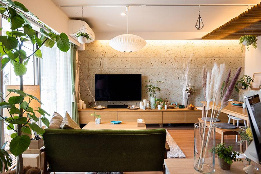 LDKの照明は、ハーマンミラーのバブルランプをメインにし、あとは壁や天井を照らす間接的な光の届け方にこだわった。