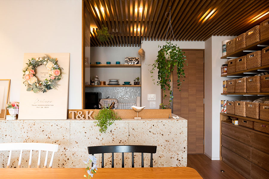キッチンまわりにも大谷石のタイルを。