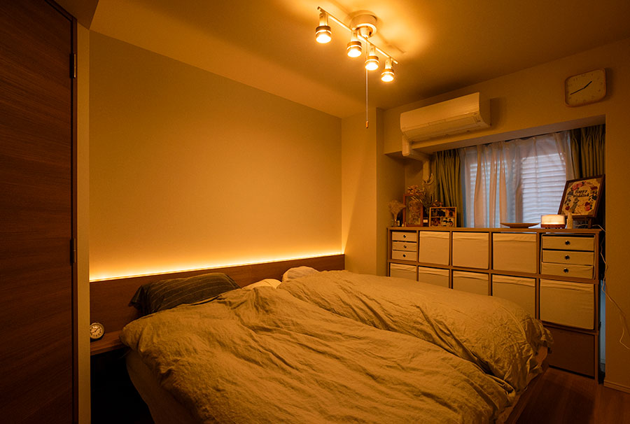 ベッドヘッドの間接照明が、ホテルのような雰囲気。時間帯により色が切り替わる。