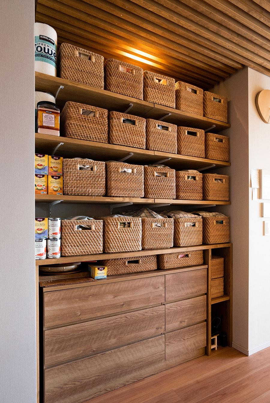 棚板を設けてパントリーを設置した。ラタンのカゴを使い、コロナ禍で増えた備蓄をアイテム毎に収納。