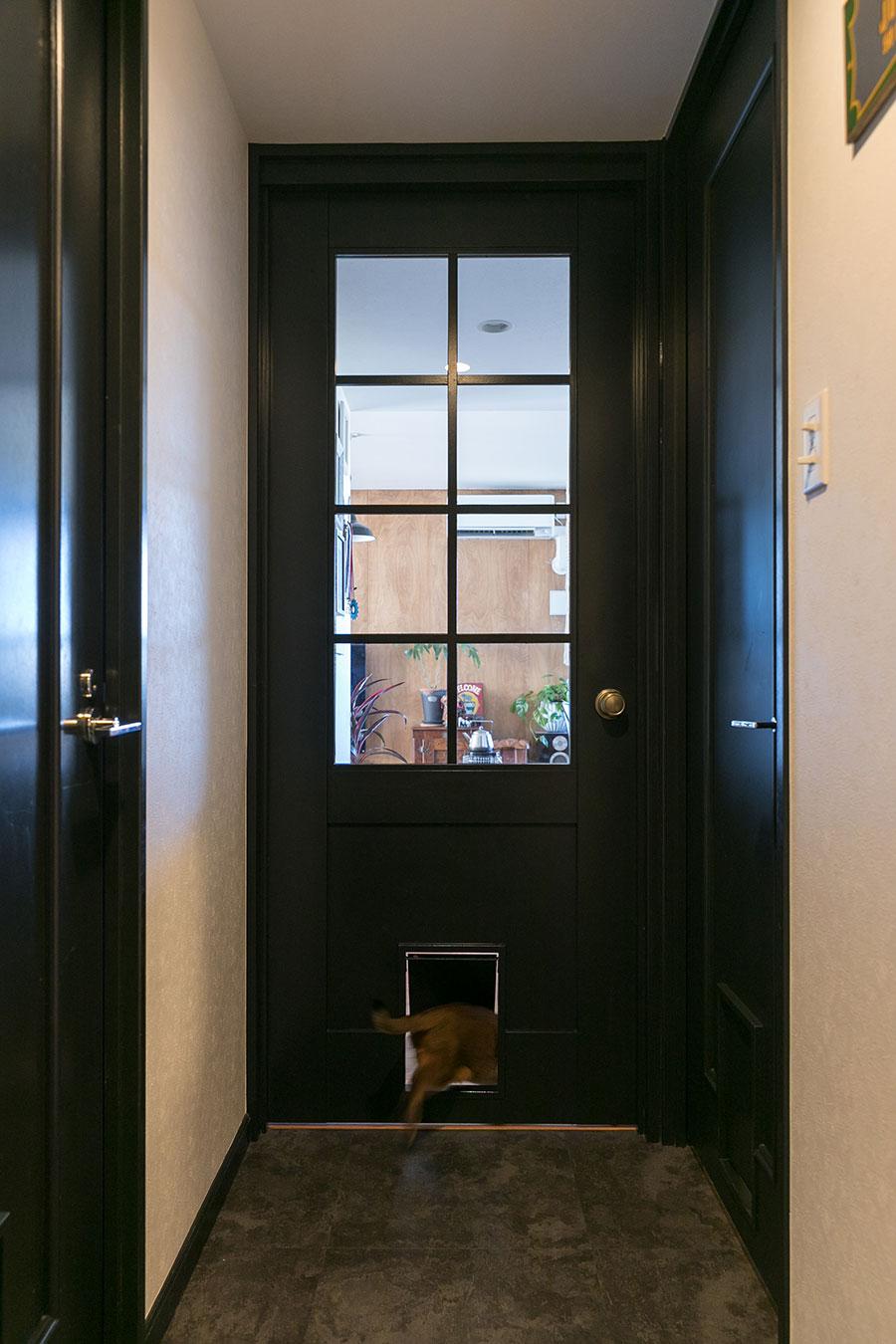 扉には愛猫のためのキャットドアを設けた。