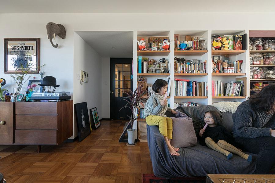 壁面や造作棚には本や雑貨、こだわりのインテリアがディスプレイされている。「象のモチーフのアイテムをコレクションしているので、家中に象のインテリアがあります(笑)」(ご主人)。