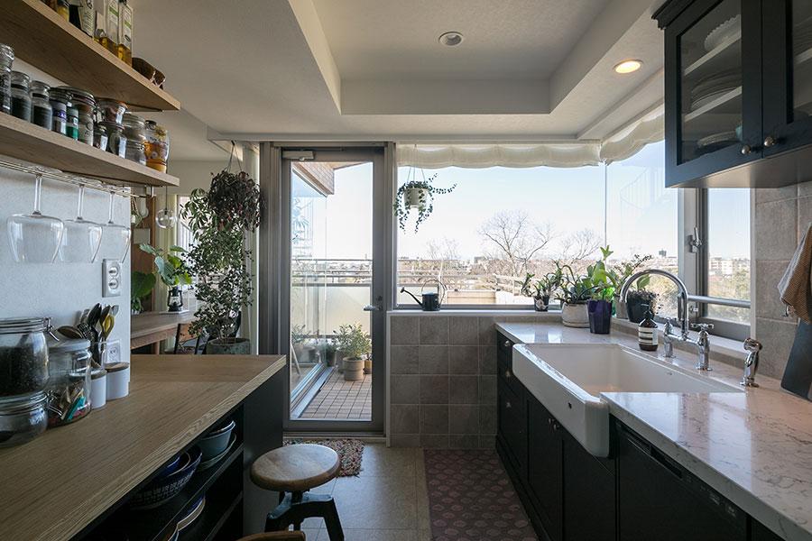 デザイン性と利便性を追求したキッチン。バルコニーと隣り合う大開口によって、明るさと開放感を確保した。
