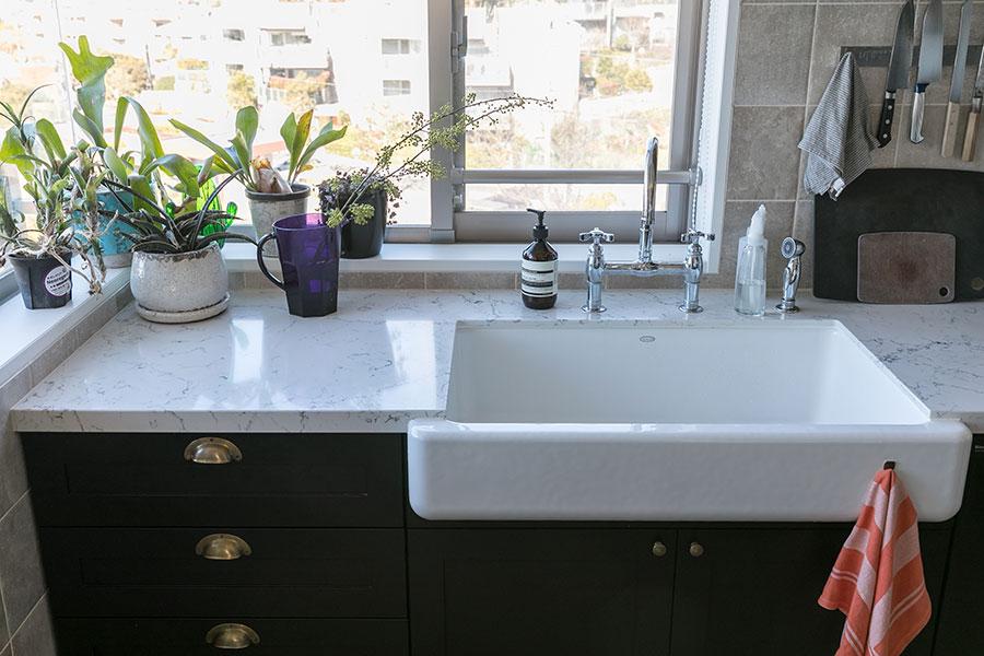 キッチンの水回りには、個人輸入で取り寄せたというKOHLER(コーラー)の水栓を採用。カウンターの天板には、高級感とともに機能面にも優れたクオーツストーンを選んだ。