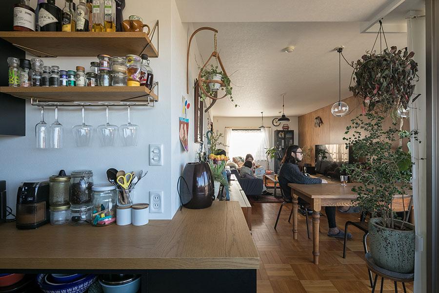 手前左の壁掛け棚は、デザイン性の高いスウェーデンのファニチャーブランド「maze(メイズ)」のアイテムを採用。棚板はFINDが手がけた。