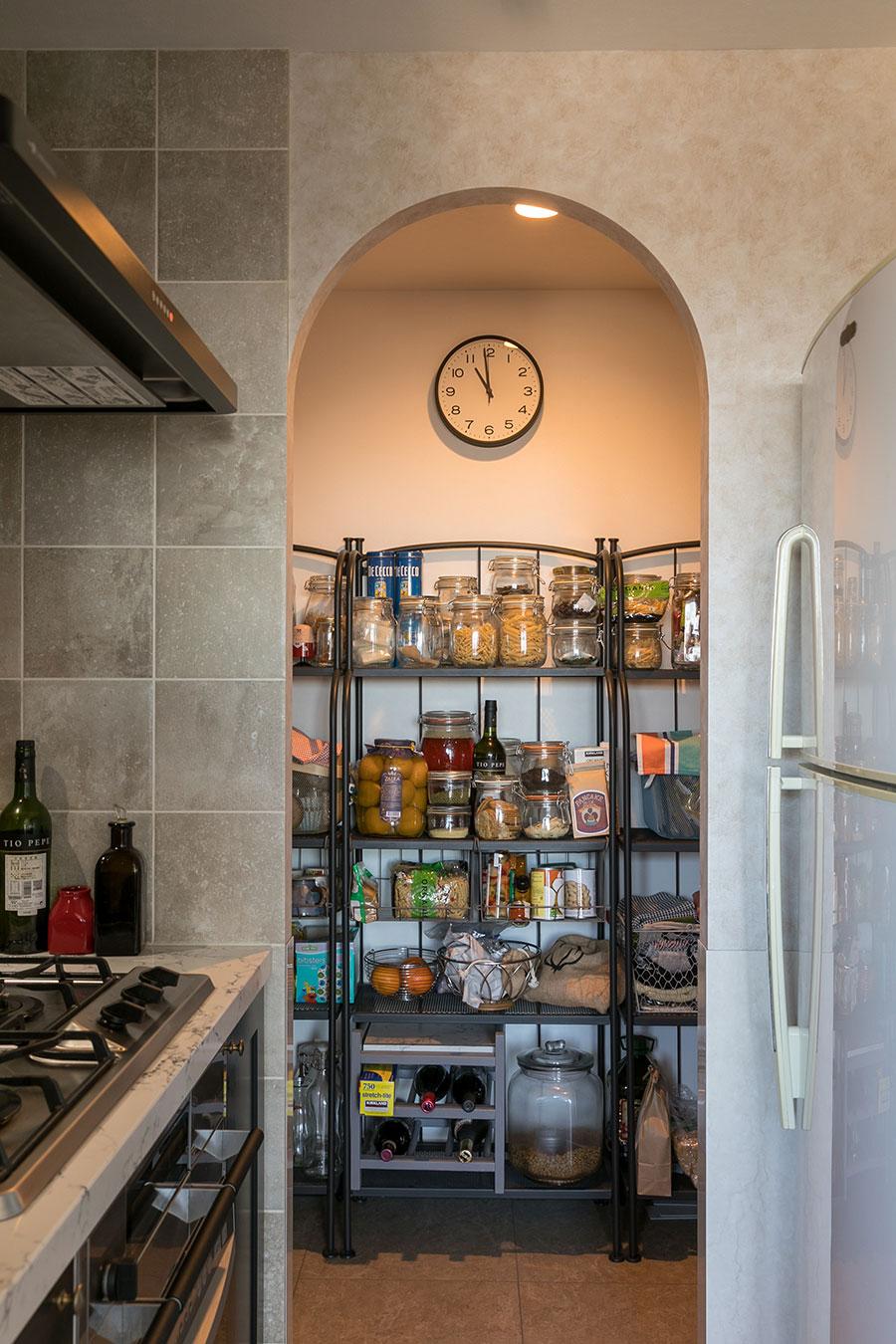 待望だったというキッチン奥にあるパントリー。収納スペースも十分に確保。