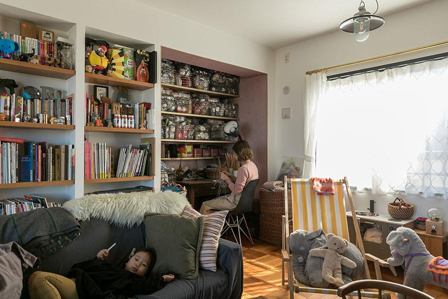 「935Hand-Knitted」名義でニット作家としても活動している奥さま。ワークスペースはリビングの一角に設けた。将来的には間仕切って、お子さんの部屋にできるように、照明などの配線の位置も考慮している。