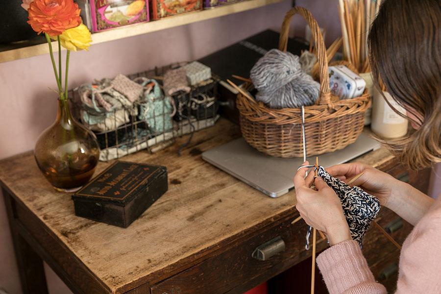 作業用のアンティーク机は以前の住まいから引き継いだ。ピンク色の壁紙は、アメリカから個人輸入したという珍しいもの。