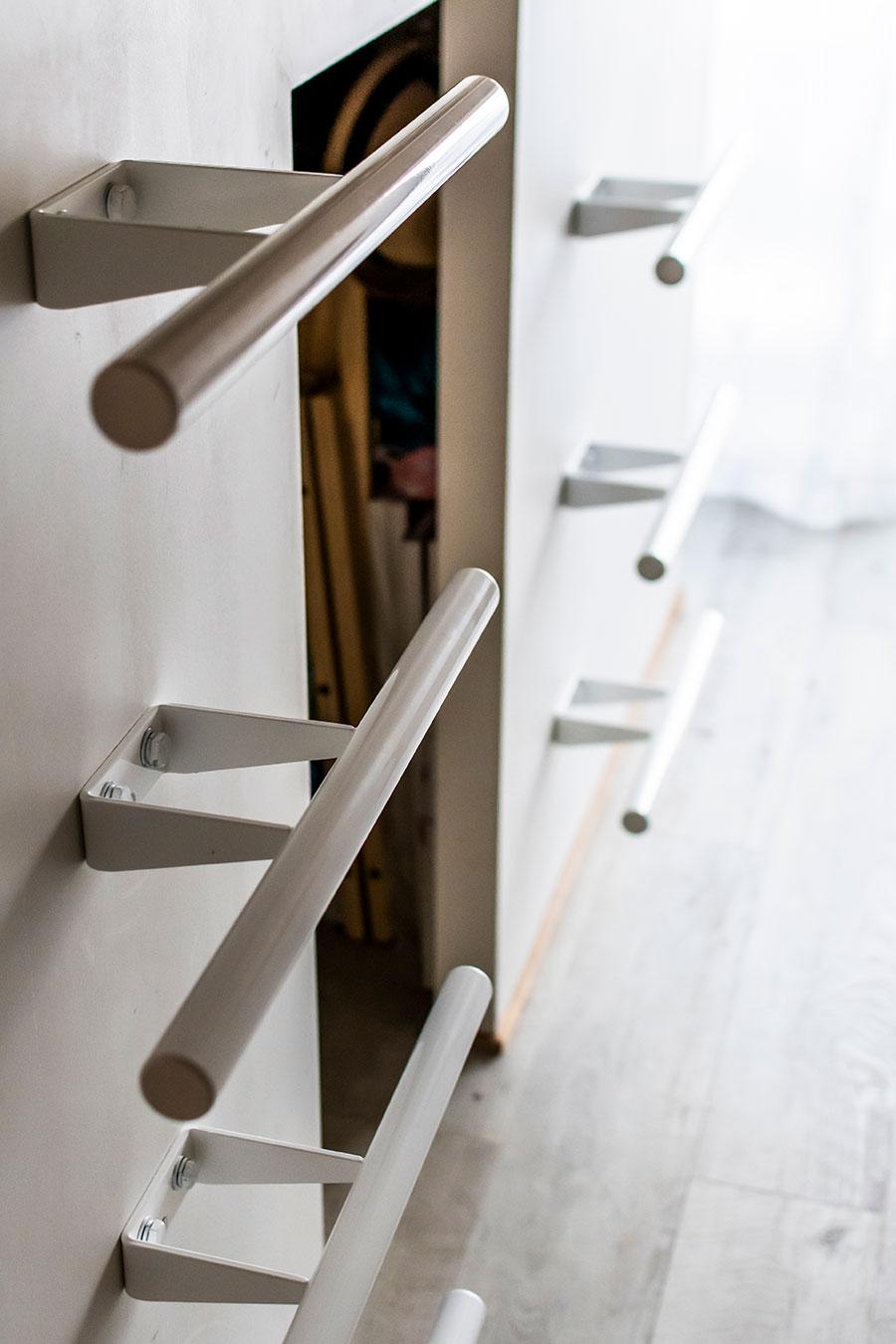 壁面には上段へ上がるための手すりを設置。
