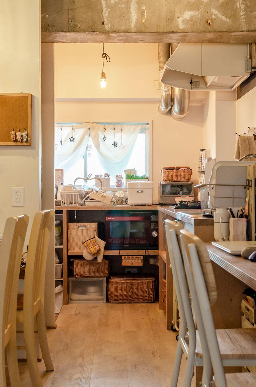 壁付けキッチンにすることで空間効率をアップ。