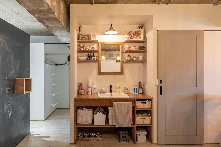 ベッドスペースとバスルームの間に洗面台を設置。