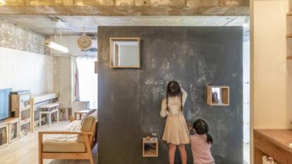 53㎡に家族4人と猫3匹で暮らす ロフトベッドと壁付けキッチンで空間効率を最大化