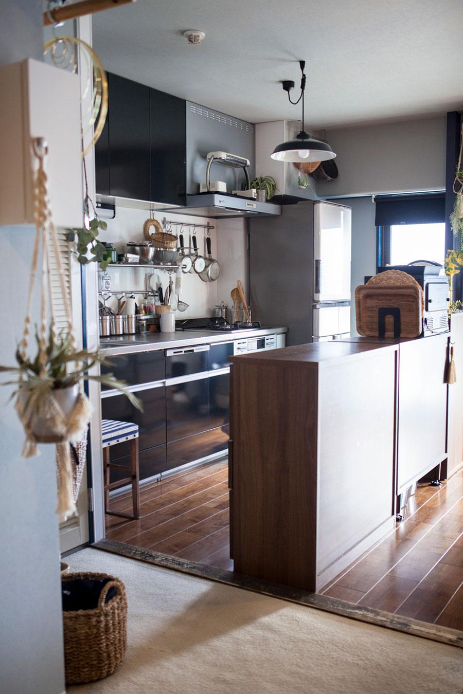 前から使っていた家具を3つ並べてアイランドに。背の高さがちょうどいいそう。キッチンパネルには、調理道具を収める棚やバーを取り付けた。