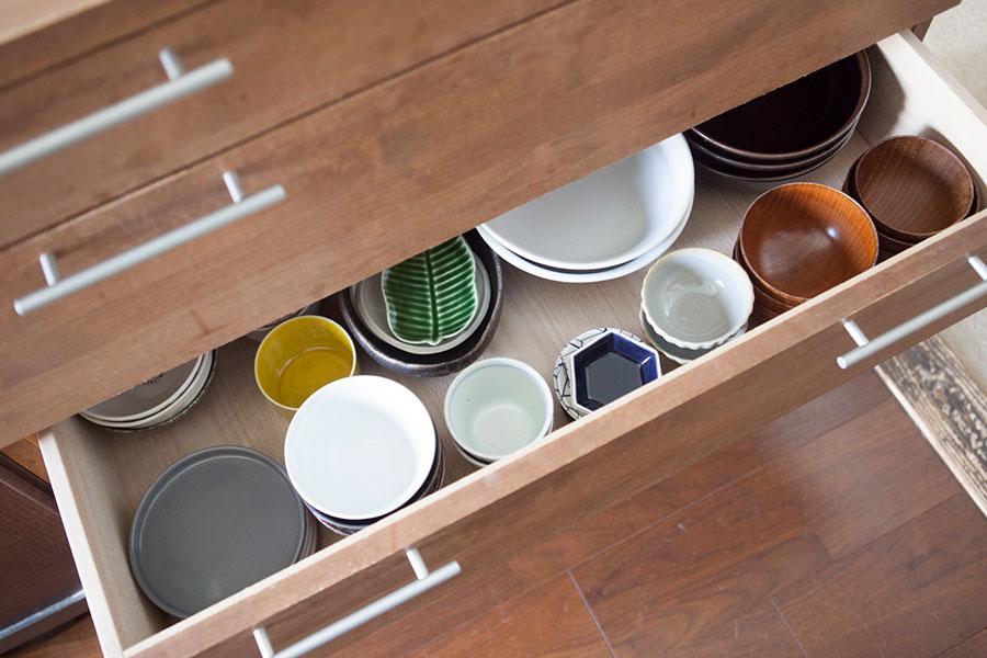 2番目の段に洋食器、3段目に和食器を収めている。上から見てぱっと分かるので取り出しやすい。